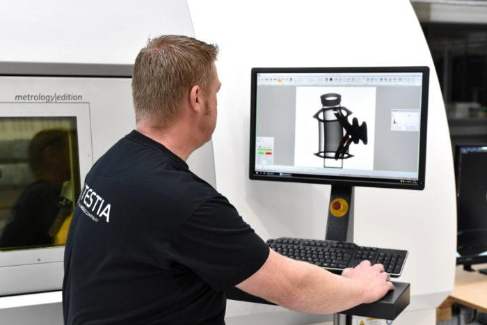 Testia-Prüfer untersucht das Ergebnis einer CT-Inspektion